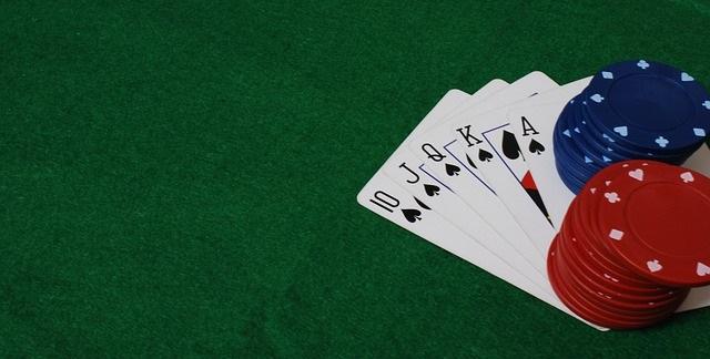 Jugar poker en directo conlleva multiplicidad de ventajas y beneficios respecto a las mesas de poker en los casinos tradicionales
