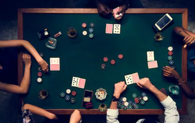 Si os encontráis en una mesa de jugadores controlados, que seleccionan bien sus manos, y la ronda está sucediendo sin apuestas, podréis aplicar esta técnica