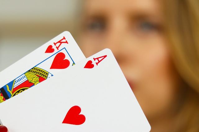 Según la creencia popular, la estrategia de Blackjack reside en saber cuándo pedir otra carta, y cuándo plantarse