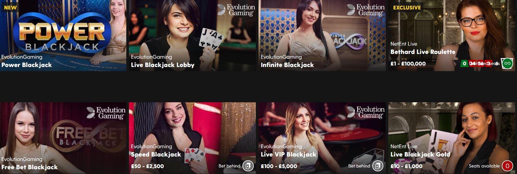 Los casinos online ofrecen varias salas de blackjack.