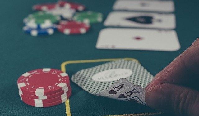 El rotundo éxito del Blackjack reside en la facilidad de jugarlo sumado a la posibilidad de ganar mucho dinero en tan sólo unas manos