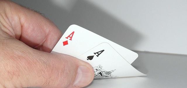 El Blackjack online comienza cuando el croupier reparte dos cartas a cada jugador y la misma cantidad para sí mismo