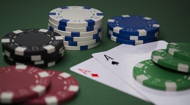 Aún no aclaramos qué sucede con las cartas de la banca en el momento en que el croupier reparte. esto es porque existen dos variaciones del juego de blackjack