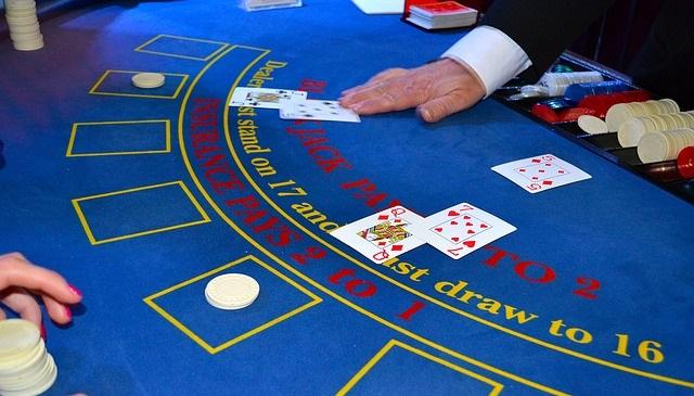 Las principales dos variantes del blackjack se dan entre el Blackjack americano y el Blackjack europeo