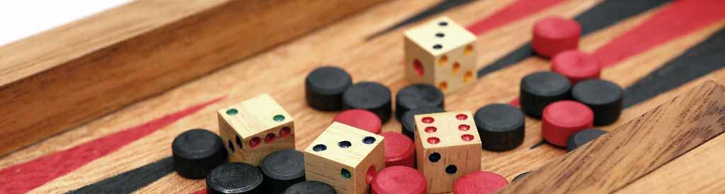 El backgammon se juega con dados en un tablero.